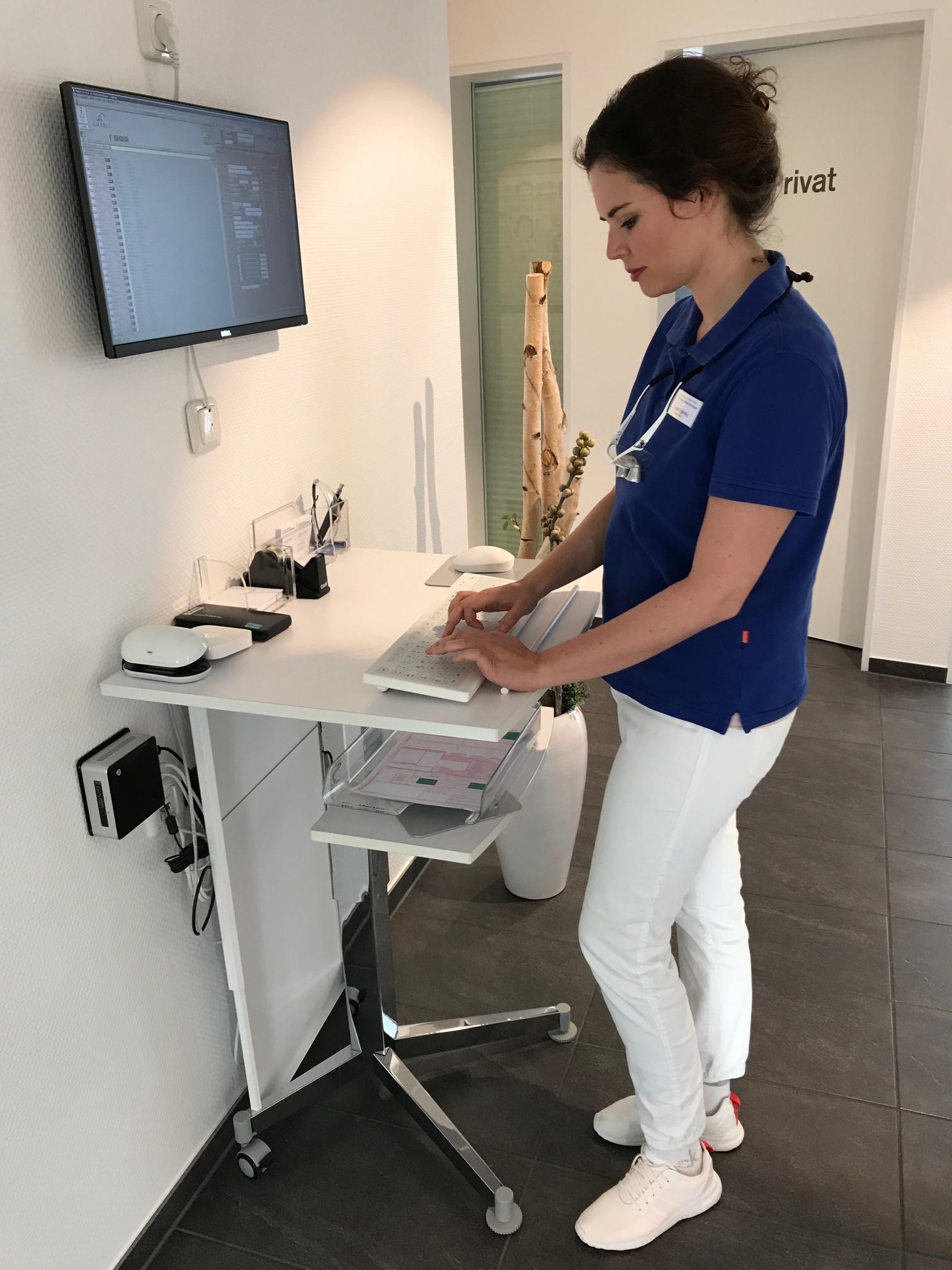 zahnmedizinische Fachangestellte an einer Hygienetastatur Purekeys